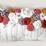 Възглавничка с рози от текстилни ленти