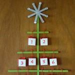 Коледна елха календар от дървени клечки за дните до Коледа