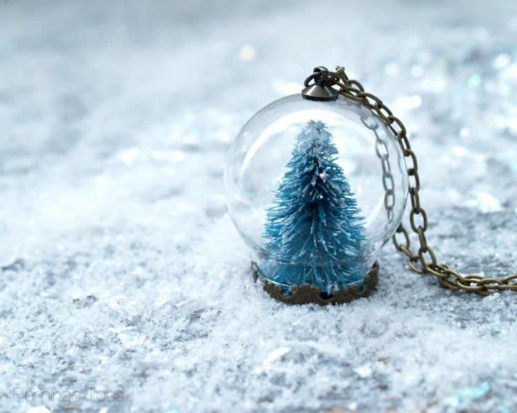 Mini-Snow-Globe-Necklace-750x599