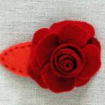 Шнола с цвете от филц