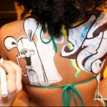 Графити върху телата на млади момичета