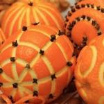 Коледна декорация за маса от портокал и карамфил
