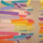 Цветна хартиена декорация над маса